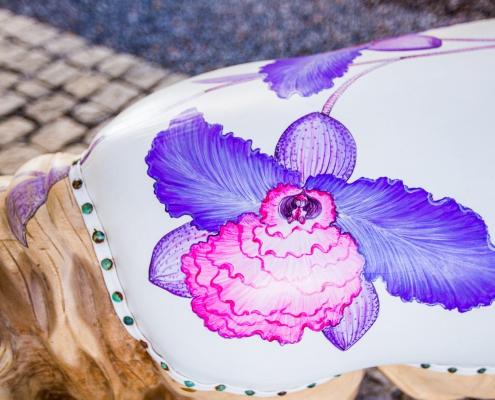 Close up zitting Rhino paars/rose - Teak hout - lederen zitting - Exotische design stoel - Angels Objects design