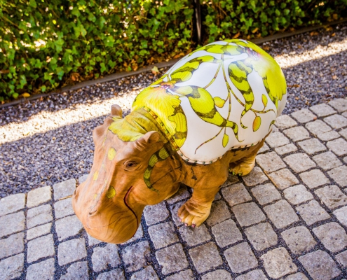 Close up Hippo Small - teak designstoel met handbeschilderde lederen zitting - exotic design