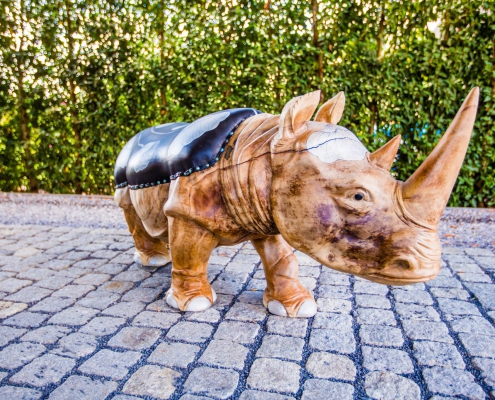 Rhino handgemaakt teak houten designmeubel met handgeschilderde lederen zitting - interieur design - Angels Objects