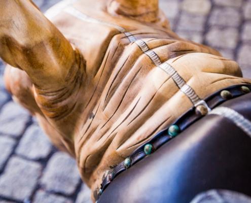 Close up van de Rhino handgemaakt teak houten designmeubel met handgeschilderde lederen zitting - interieur design - Angels Objects