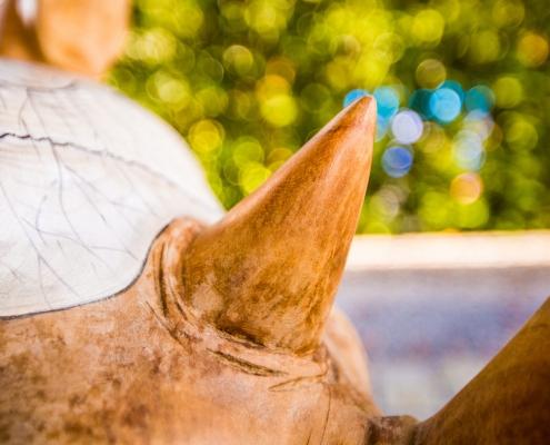 Close up van de oren van de Rhino handgemaakt teak houten designmeubel met handgeschilderde lederen zitting - interieur design - Angels Objects